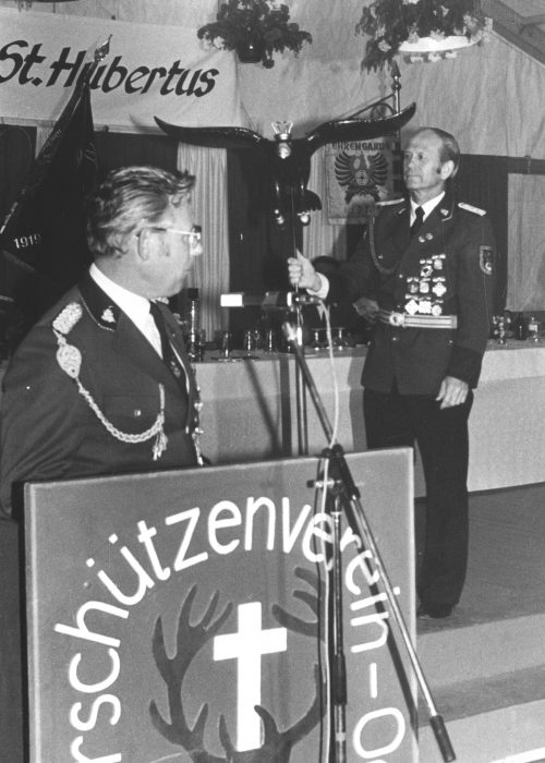 1984_Vogelbauer_Stiftet_Jugendstandarte